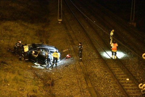 Bilen ble stående nesten oppe i jernbanesporet, etter en luftseilas på opp mot 30 meter.