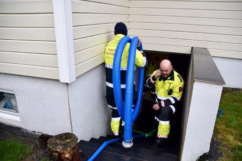 MYE VANN: Brannvesenets utrykningsleder Jarle Haugsrud i Hurum har mer en nok å gjøre på Tofte og resten av Hurum i dag.