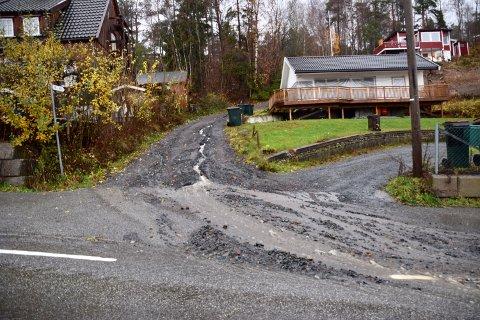 SAND OG GRUS: På Filtvet har vannet tatt med seg store mengder grus og sand fra en grusvei og ut i fylkesvei 281, hovedveien gjennom Filtvet.