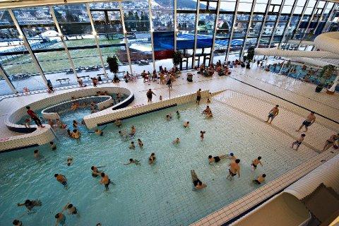 TØMTE BASSENGENE: Drammensbadet evakuerte kundene grunnet strømbruddet.