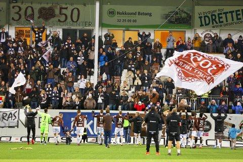 MYE FOLK: Det blir folksomt på Isachsen Stadion søndag. Her fra en tidligere MIF-kamp.