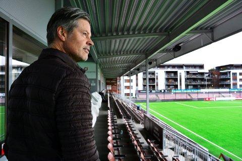 STILLE FØR STORMEN. Vegard Hansen ser ut over et folketomt Isachsen stadion fredag ettermiddag. Søndag blir det full stadion og mye på spill når Viking kommer på besøk, og der hjemmelaget kan sikre seg direkte opprykk med seier.