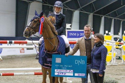 Victoria Gulliksen med hesten Ballenteskin Watch This vant tidenes første Grand Prix Cup finale og ble belønnet med en premiesjekk på 30. 000 kroner, overrakt av stevneleder Einar Ballestad-Mender og dommer Gaby Esdar.