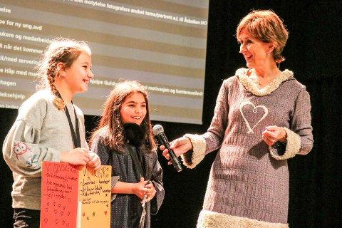 BØRSGENERAL: Hilde Hummelvoll, kjent fra TV, var konferansier i år som i fjor. Her intervjuer  børsgeneralen Kristin Isabel Solberg (t.v.) og Ronja Bajalan fra Åssiden skole, som var engasjert til stede på Frivilligbørsen.