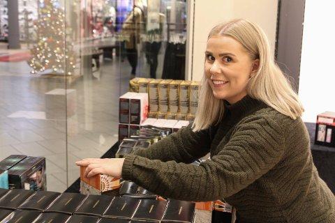NYE LOKALER: Stine Berg og resten av Vita-jentene jobber på spreng for å kunne gjenåpne mandag. Over 4.000 varelinjer skal pakkes ned og opp igjen.
