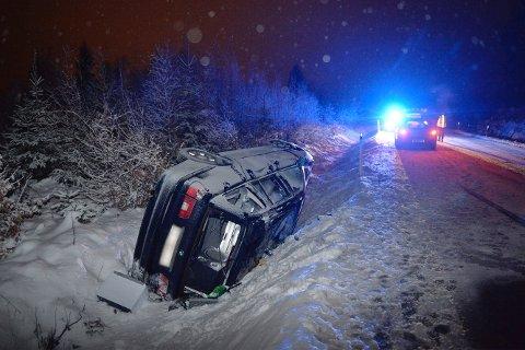 AV VEIEN: Denne bilen havnet utenfor veibanen tirsdag.