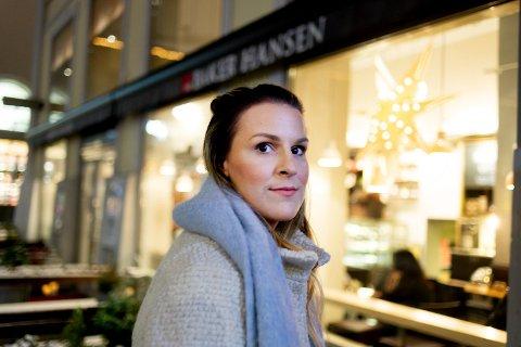 Christina Henrud-Schou. Forteller om hvordan det er å savne en bror med utfordringer med rus i julen. De møttes ofte her hos Baker Hansen på Strømsø Torg i Drammen.