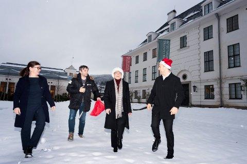 STRÅLENDE FORNØYDE: Eivor Winther Sunesen (f.v.) forteller politikerne Anders Wengen, Kristin Ørmen Johnsen og Lavrans Kierulf at pengene skal gå til å arbeidet med å pusse opp fasaden, som allerede er i gang.