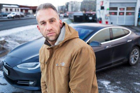 OPPGITT: Pål Aafos Mathisen er frustrert over servicen hos Tesla. – Det er greit at det er en del feil på bilen. Det er måten de håndterer det på jeg reagerer på, sier han.