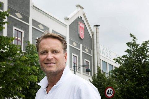 STANS: Mangel på CO₂ har ført til stans i ølproduksjonen hos Aass Bryggeri, noe administrerende direktør Christian F. Knudsen Aass synes er trist. Han håper å få påfyll av CO₂ slik at produksjonen kan gjenopptas torsdag.