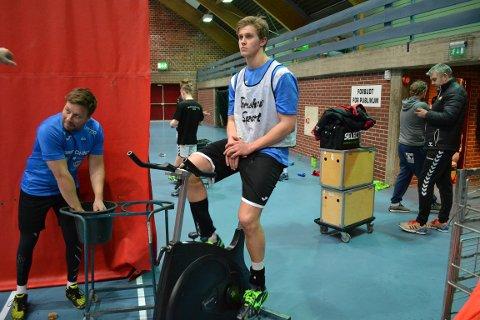 Spilleklar: Hermann Gabriel Ranneberg Vildalener klar for spill mot Sandnes. T.v. assistenttrener Vegard Saua.