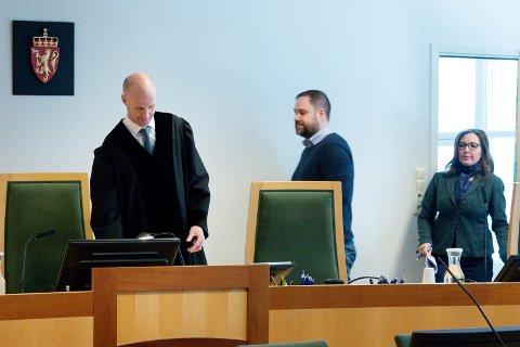 IKKE I TVIL: Tingrettsdommer Lars Edvard Landsverk (i midten) og meddommerne mener det er hevet over enhver rimelig og foruftig tvil at de to tiltalte byggesaksbehandlerne har gjort seg skyldig i grov korrupsjon.