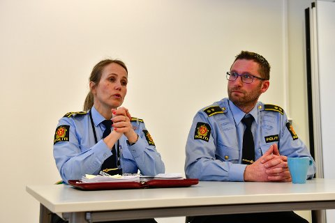 PRESSEORIENTERING: Lensmann Sigrid Andreassen og politioverbetjent Kurt Springer orienterte pressen om saken fredag formiddag.