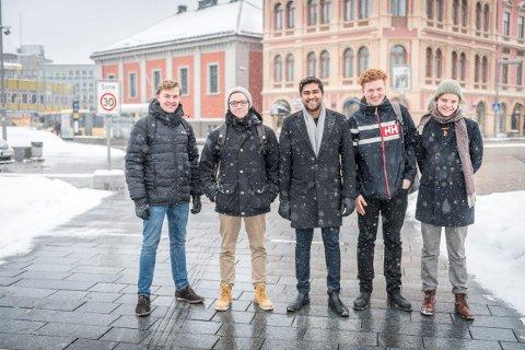 KLAR TALE: – Bli enige, er beskjeden til moderpartiene. F.v. Bendik Thun, Timo Nikolaisen, Wali Gilani, Sander Zakharia og Magnus Thun.