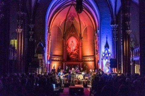 I april i 2018 spilte Paal Flaata, Stephen Ackles og Vidar Busk ved alteret i Bragenes kirke. Elvis og gospel sto på programmet. Dette er bare en av mange konserter som har funnet sted i kirkerommet det siste årene. Nå vil menighetsråd ha nummererte benker i kirken. Det får de ikke lov til.