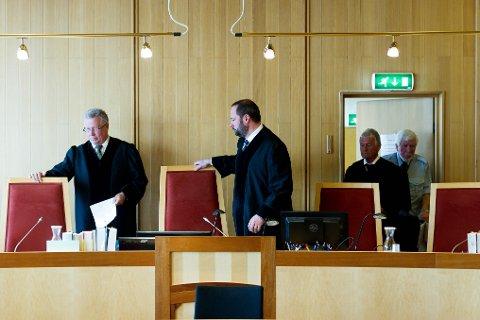 LEDER FORHANDLINGENE: Lagdommer Halvor Aas (i midten) har satt retten, hvor en jury bestående av fem menn og fem kvinner skal avgjøre skyldspørsmålet.