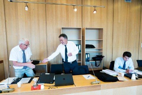 NY DRAKAMP: Advokat Svein Duesund, med bistand av advokat Håkon Duesund, har fått frifinnelse i de to første ankesakene.  Mandag møter han politiadvokat Hans Lyder Haare i den tredje, med en 28 år gammel mann på tiltalebenken.