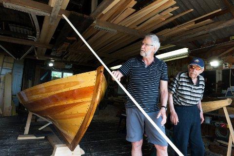 Båtbyggeri i Bogen på Verket i Hurum. Jan og far Ole Kristian Olsen bygger tradisjonelle trebåter