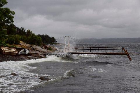 BØLGER: Bølgene i Oslofjorden slo godt opp på land.