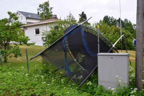 STERK KULING: Vinden herjet i Røyken og Hurum, i Slemmestad stenger et tre veien og trampoliner fyker rundt på Hurumhalvøya