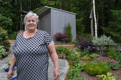 PARADIS: Inger Lise Kolberg synes det er helt greit å være pensjonist og nyte fuglelivet i hagen i Tranby.
