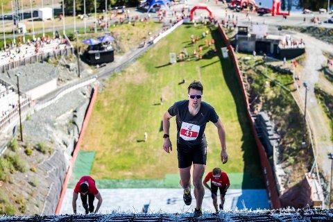 SYREFEST: Aleksander Morsund Karlsen fra Lier løp opp Granåsen sammen emd over 500 andre lørdag.