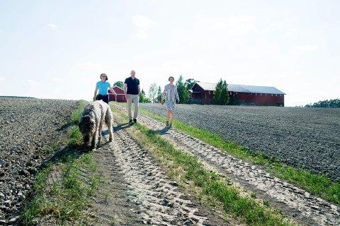 Bønder i Eiker kjemper for jordvernet mot den planlagte utbyggingen av ny jernbanetrase over deres dyrkede mark. Fra v: Hilde Oulie, Anders Thorrud og Ingjerd Loe.