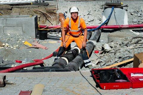 SKAL IKKE VÆRE FOR VARMT: Arbeidsgivere må legge til rette for forsvarlig arbeidsmiljø under perioder med ekstremvær. Dette gjelder også hvis du jobber ute.