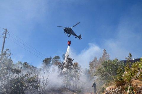 Brannhelikopteret bisto under skogbrannen i et hyttefelt på Tofte tidligere denne uken.