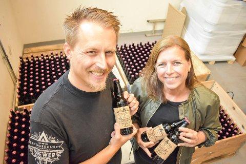 NYTT COGNACØL: Gard Karlsnes i Pilotbryggeriet og Anita Aaserød, markedssjef Bache Gabrielsen Norge, med det nye ølet lagret på franske cognacfat.