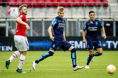 Martin Ødegaard debuterte søndag for Vitesse i bortekampen mot AZ Alkmaar. Her er han i duell med landsmann Fredrik Midtsjø (til v.).