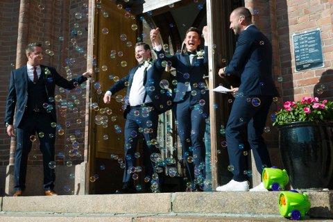 SÅPEBOBLER OG GLEDESHYL: Og slik så det ut, da det historiske ekteparet kom ut på kirketrappen i Bragernes kirke - omgitt av såpebobler og gode venner.