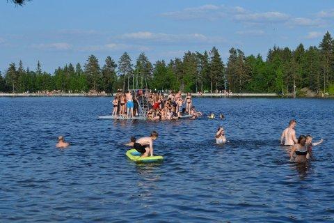 BADESOMMER: Drammenserne har valfartet til Landfalltjern og det nye stupetårnet i godværet i sommer.
