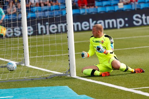 Tabbe: Strømsgodsets keeper Pål Vestly Heigre tabbet seg ut på Tromsøs første mål.