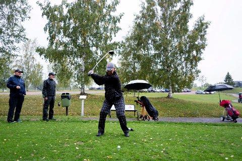SISTE UTSLAG: Gunnar Høst med et av sine siste utslag på hull ti på Drammen Golfbane tirsdag. Han er en av Tirsdagsgutta sammen Are Blomhoff (til venstre) og Kjell Øksne.
