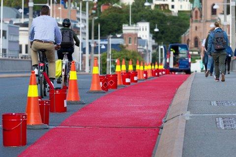 Nå kan syklistene sykle på rød løper over Bybrya.