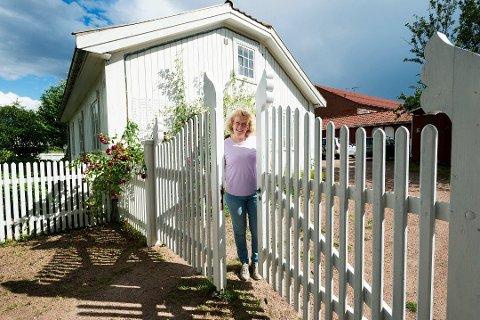 VELKOMMEN TIL GÅRDS: Inger Garås har arvet den lille gården Suterud, som er et av de eldste husene i Mjøndalen.