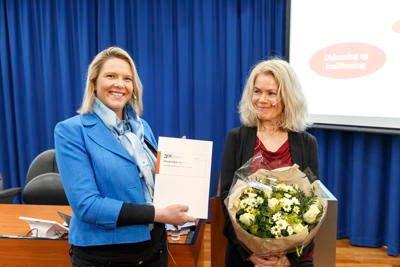 Daværende innvandrings- og integreringsminister Sylvi Listhaug og professor Grete Brochmann under overleveringen av Brochmann II-rapporten.