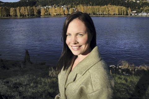 LETTELSE, SORG OG SKUFFELSE: Cathrin Janøy gikk for førsteplassen, og det var alt eller ingenting. Hun tapte, og vil med sin sjetteplass på listen ikke bli å finne i det nye kommunestyret. Men hun kommer til å fortsette å engasjere seg politisk.
