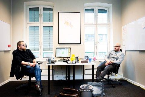 PLANLEGGER: Fra kontoret med utsikt over gågata i Drammen planlegger filmskaperne Marius Hagen og Ole Jørgen Flått dokumentarfilmen «Nork nok».