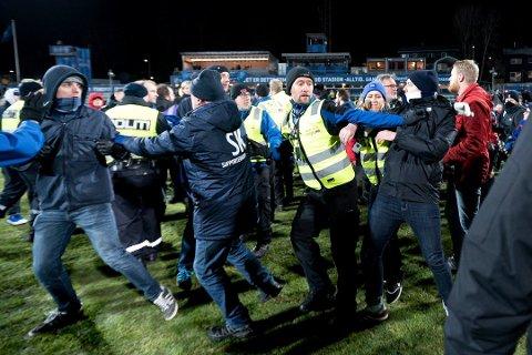 SLAGSMÅL: Politi og sikkerhetsvakter måtte bryte opp slagsmål mellom supportere etter kampen. Foto: Tore Sandberg