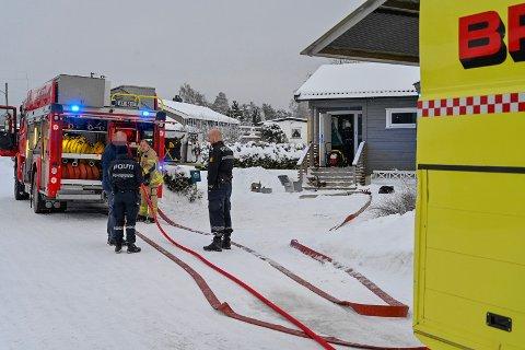 Både brannvesen og politi kom til stedet da det brøt ut brann i en bolig på Røyken.