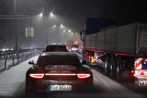 Lier  20190107. Snøvær på Østlandet gir vanskelige kjøreforhold og køer. Kø på E18 fra Drammen opp mot Liertoppen på grunn av et trafikkuhell. Foto: Ørn E. Borgen / NTB scanpix