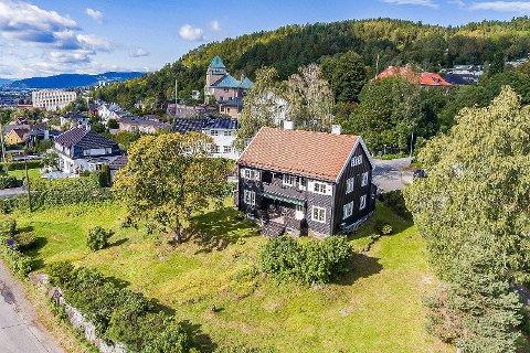 ARKITEKTTEGNET: Alf Bugge (1887-1973) har tegnet villaen i Løkkebergveien.