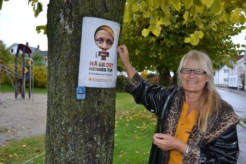 Aud Rokke har vært rodeleder for TV-aksjonen i Nybyen i 25 år. Her henger hun opp sin aller siste plakat før hun offisielt tropper av som leder.