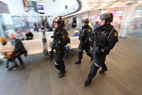 BEVÆPNET SEG I DRAMMENSDISTRIKTET: Blant annet inne på Drammen stasjon hadde politiet bevæpnet seg med to-håndsvåpen.