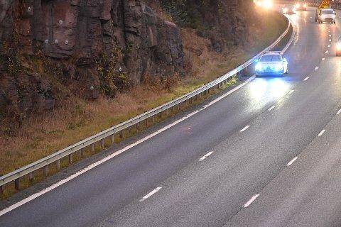 JOBBER PÅ STEDET: Bilen var fjernet da Drammens Tidendes fotograf kom på stedet i morgentimene, men politiet jobbet fortsatt på stedet.