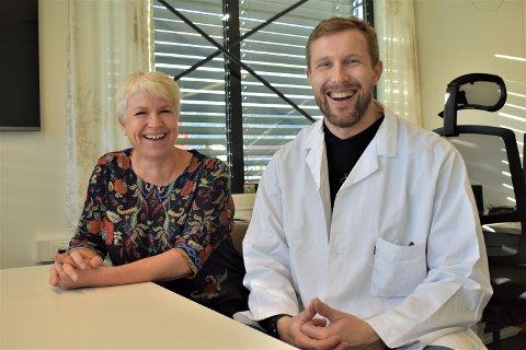 FORNØYDE: Liv Heidi Brattås Remo og Ståle Nygård ved legevakta.