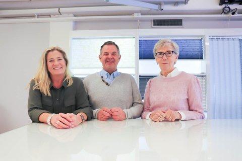 OPPLÆRING: Anne Mette har jobbet der i tolv år, Torkild Stuvstad i 38 år - og Ulla Irene Samuelsen er snart ferdig med opplæringen til førstnevnte.