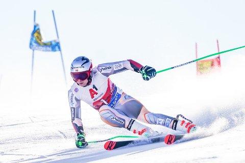 STORSLALÅM: Henrik Kristoffersen i aksjon i storslalåm under sesongens første verdenscuprenn i Sölden. Foto: Tore Meek / NTB scanpix
